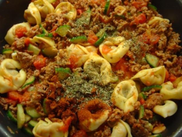 Tortellini-Hackpfanne mit Tomaten, Gurke und Knofi - Rezept - Bild Nr. 5