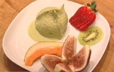 Matcha–Joghurt–Eis mit frischen Früchten - Rezept