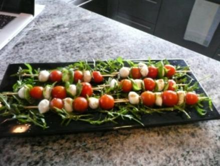 SALATE/ Tomaten-Mozzarella Spieße auf Ruccolasalat - Rezept