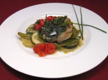 Saftiges Fischfilet mit Kräutern, Saisongemüse, Kartoffeln und einer hellen Schaumsoße - Rezept