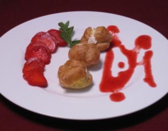 Windbeutel mit Rosmarincreme gefüllt an Erdbeeren - Rezept