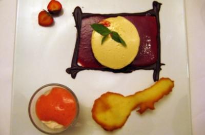Rezept: Erdbeer-Minzesalat mit Schaumkrone und Knusperhippe an Delice von Tonkabohnen und Schokolade aus dem Vallée de Rhône