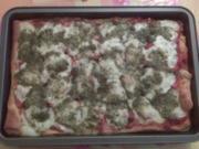 Pizza Tomate Mozarella Basilikum - Rezept