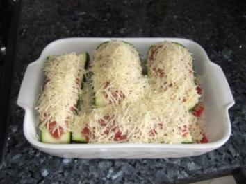 Sommergerichte Zucchini : Gefüllte zuchini auf tomatenbett rezept kochbar.de