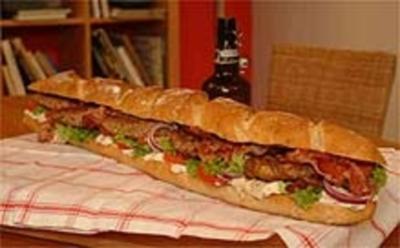 Buletten-Meterbrotsandwich mit Crispy Bacon, Salat und Remoulade - Rezept