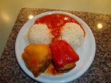 Gefüllte Paprika rot / gelb mit Reis und Tomatensosse - Rezept