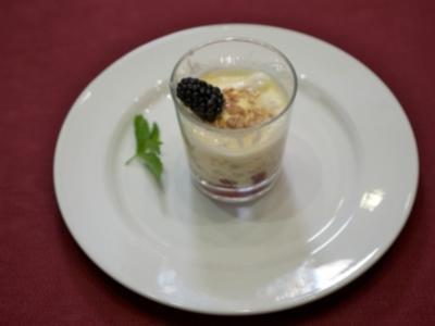 Hausgemachtes Brombeereis mit Himbeeren und einer Quark-Vanillecreme - Rezept