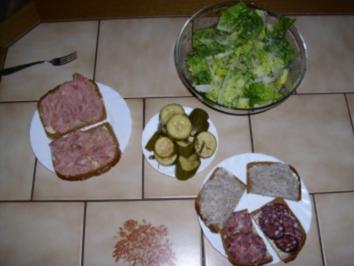 Abendbrot mit Salat und sauren Gurken - Rezept