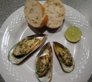 Greenshell-Muscheln mit Kräuterbutter überbacken - Rezept