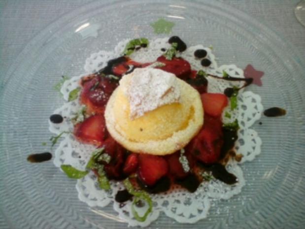 Frischkäse-Soufflé auf Erdbeer-Basilikum Salat - Rezept