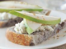 Walnusscrostini mit Gorgonzola und Birne - Rezept