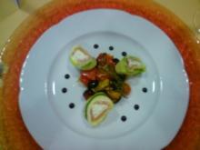 Räucherlachsröllchen auf gegrilltem mediterranem Gemüse - Rezept
