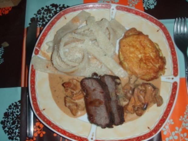 Straussenbraten mit Rahmsauce und Eierschwämmen, Zuccetti Pikata, frische Nudeln - Rezept
