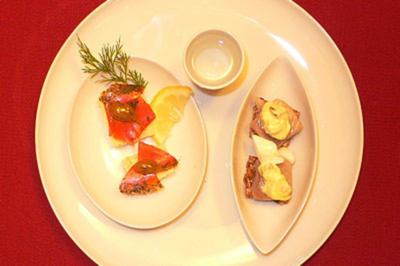 Gebeizter Lachs mit Dill-Honig-Senf und Hering mit Currysalat und Ei - Rezept