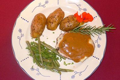 Lammkeule mit grünen Bohnen und Morsumer Blechkartoffeln mit Kümmel - Rezept