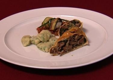 Lammschnecken mit Rucola-Gnocchi, Zucchini-Röllchen und Tomaten-Vinaigrette - Rezept