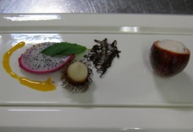 Litschi-Ragout mit Pflaumenweinespuma, garniert mit Pitahaya und Rambutan - Rezept