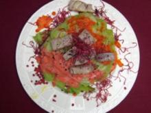 Eisbergsalat-Rosette mit rosa gebratenem Tunfisch und rosa Tapenade-Dressing - Rezept