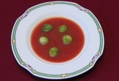 Geeiste Tomaten-Melonen Suppe mit Cucumis-Melo-Kugeln und frischem Ciabatta (Peter Nottmeier) - Rezept