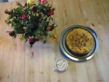 Appelkuchen mit Schmandguss überbacken und mit Walnussirup beglänzt - Rezept