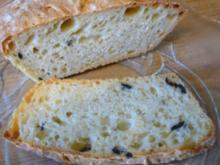 Brot --- Ciabatta mit schwarzen Oliven - Rezept