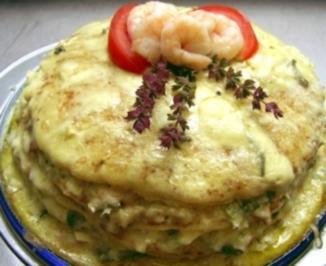 Schnelle Pfannkuchentorte mit Tunfisch, Krabben, Blue Cheese und Rucola - Rezept