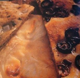 Brot --- Focaccia mit Käse, Oliven und Zwiebeln - Rezept