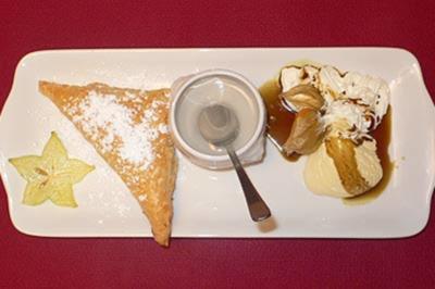 Mozzarella in Blätterteig mit süßer Rosensoße, dazu Vanilleeis mit Kürbiskernöl - Rezept