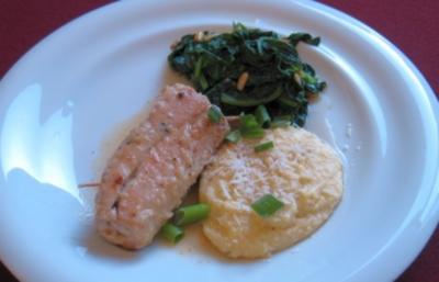 Putenfleischröllchen mit Gemüseeinlage, Polenta cremosa, Blattspinat u. Pinoli - Rezept