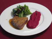 Rinderfilet an Wildkräuter-Salat mit Rote-Bete-Püree und Pfeffersoße - Rezept