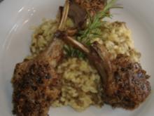 Lammkoteletts mit Olivenkruste auf Linsenrisotto - Rezept
