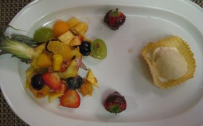 Obstsalat mit gerösteten Pinienkernen an Sahneeis im Waffelkörbchen - Rezept