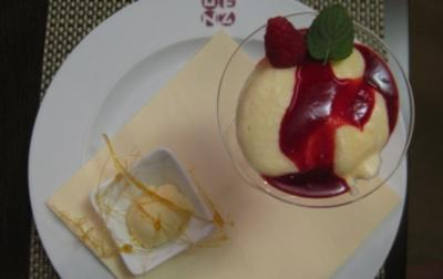 Berliner Luft - Eischnee mit Champagner, Zitrone und Vanille auf Himbeerspiegel - Rezept
