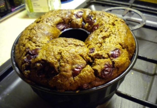 Kuchen: Gugelhupf mit Kirschen, Topfen, Nüssen und Schokolade - Rezept - Bild Nr. 2