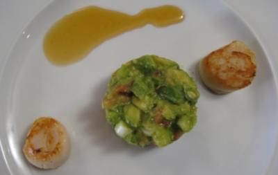 Jakobsmuschel-Caipirinha in Limetten-Cachaca-Soße und Avocado-Chili-Relish - Rezept