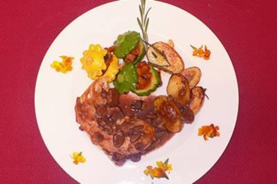 Tranchen vom Landhasen mit Rosmarinkartoffeln, Maronen-Rotweinsoße und Mini-Patissons - Rezept