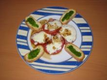 Gratinierter Mozzarella Caprese mit Basilikumcrostini - Rezept