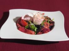 Regionale Salat mit Himbeerdressing und Brot - Rezept