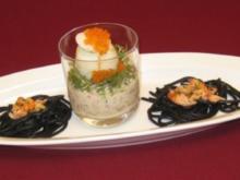 Geköpftes Gewürztee-Ei auf Gemüsemüsli mit Kresse und Forellenkaviar - Rezept