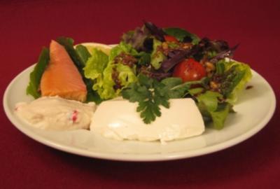 Regionale Blattsalate mit Sanddorn-Vinaigrette und Zweierlei vom Bachsaibling - Rezept