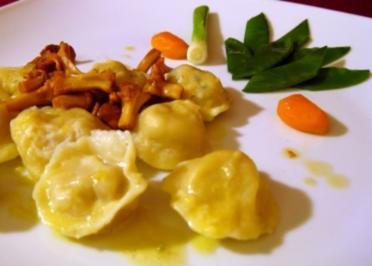 Variation von russischen Pelmeni an Pfifferlings-Schaum und Gartengemüse - Rezept