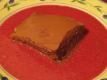 Mousse au Chocolat auf einem Spiegel aus Chocolat blanc mit Himbeeren - Rezept