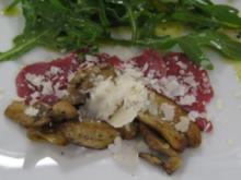 Rindercarpaccio mit gebratenen Steinpilzen, Rucola und Parmesan - Rezept