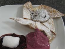 Kleiner Nougat-Pfefferstrudel dazu Kirschkompott und Sauerkirscheis - Rezept