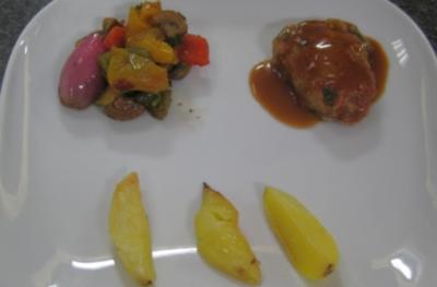 Gefülltes Kalbskotelett mit eingelegtem Gemüse an Rosmarinkartoffeln - Rezept
