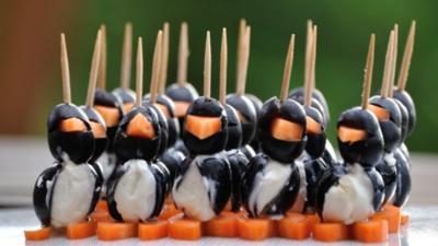 SNACK - Oliven-Pinguine mit Frischkäse - Rezept