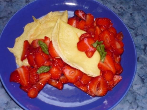 Crepes mit marinierten Erdbeeren - Rezept