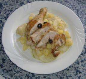Gebratenes Hähnchen auf Kartoffel-Schmorgurken-Ragout - Rezept