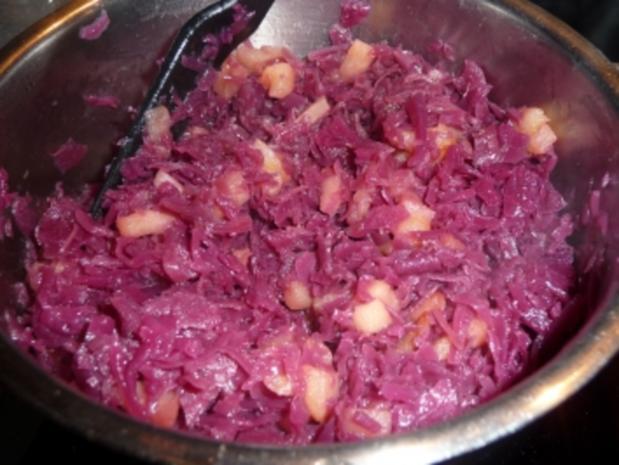 Gebratene Bockwurst mit Rotkohl und Kartoffelbrei - Rezept - Bild Nr. 3