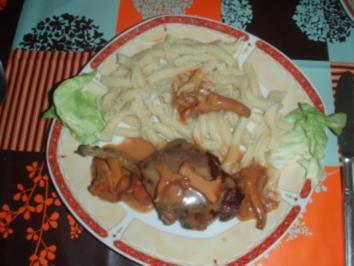 Hirschkottelets mit Teigwaren aus Hartweizengriess und Salat - Rezept